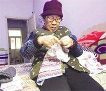老人为福利院孩子赶织毛衣