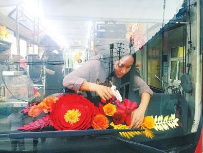 """郑州一公交车长一个善举 引来一车""""花香"""""""