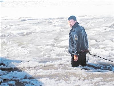 两小时冰河救援 解救被困货车