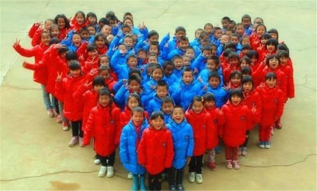 山区儿童的冬天 用绳子扎紧棉袄御寒