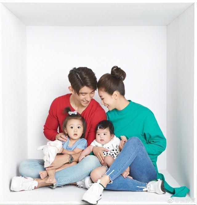 贾静雯一家五口拍摄亲子照 被女儿包围温馨幸福