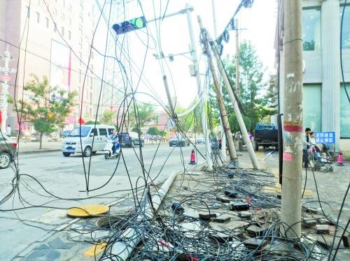 信号灯倾斜线缆散落无人管 城建热线答复在催了