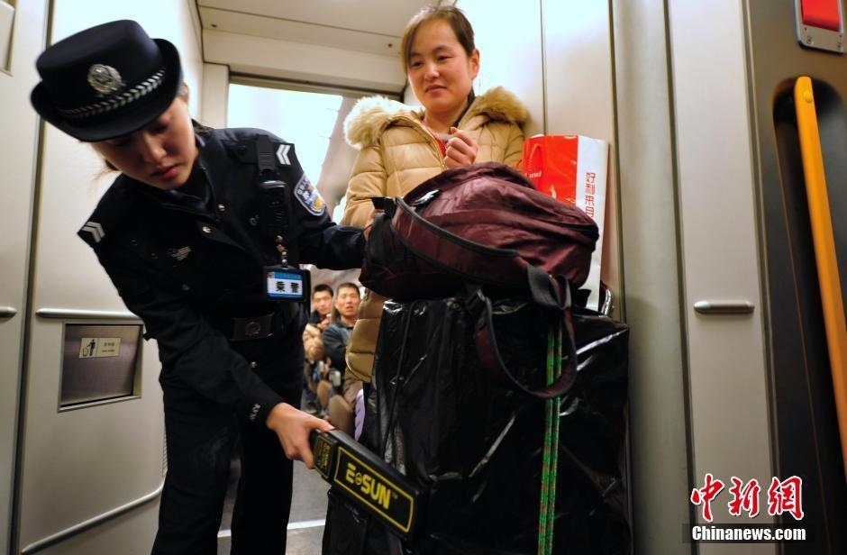 高清 90后 美女铁警的 火车春节