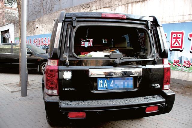 郑州价值80多万轿车被砸 失物价值只是车损1/8