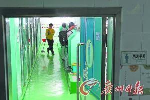 海轮在厕所保洁,厕格客人使用过就要立即用水瓢舀水彻底冲洗。