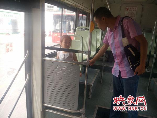公共汽车上的男孩-孩子被忘在公交车上.-女子坐公交把孩子忘车上 乘客放弃下车照顾孩子高清图片
