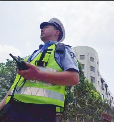 """骄阳似火""""烤""""验交警 群众称系城市最美风景线"""