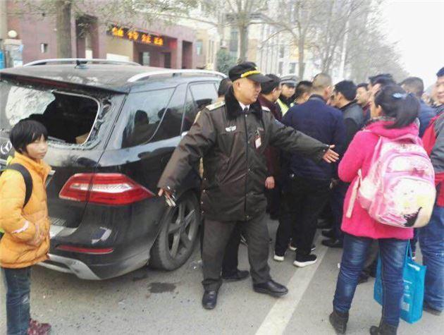 触目惊心!郑州一辆SUV突然冲向接孩子的人群