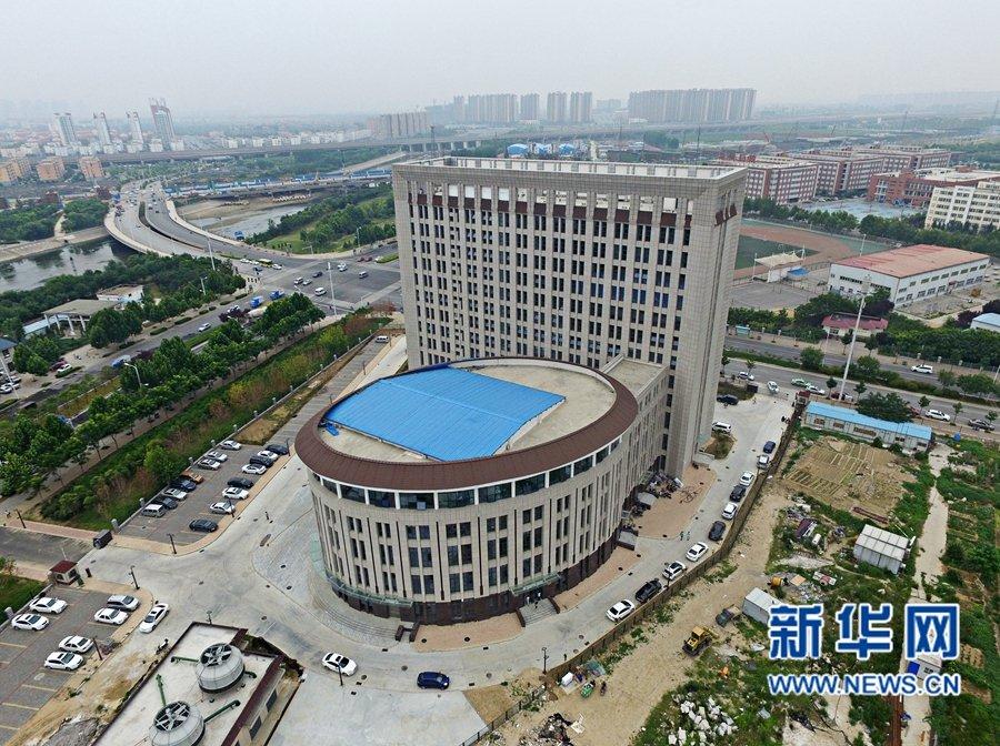 7月1日,华北水利水电大学龙子湖校区的校园内,新落成的一座大楼图片