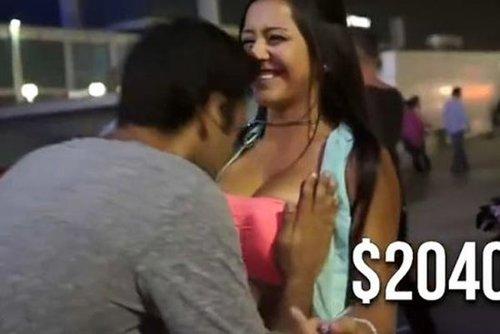 男士吸美女乳沟捐善款的视频