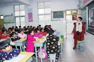 周口一女教师肌腱拉伤 单膝跪凳上课成网红