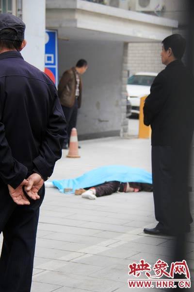 郑州八旬老太13楼家中跳下就地身亡 疑患抑郁症