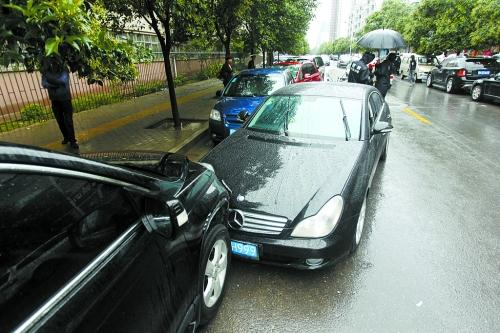 郑州一奔驰尾号999连撞4车 车主打的逃离现场