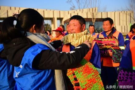 河南千名大学生历时2周织出600条围巾 原因很暖心!