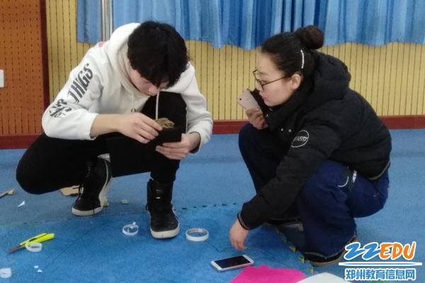 教练张思家老师指导学生制作道具