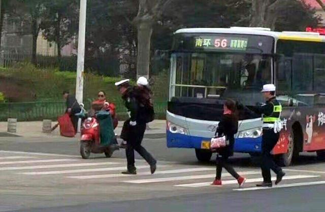 漯河交警雨中背摔倒老人过马路 网友拍下感人画面