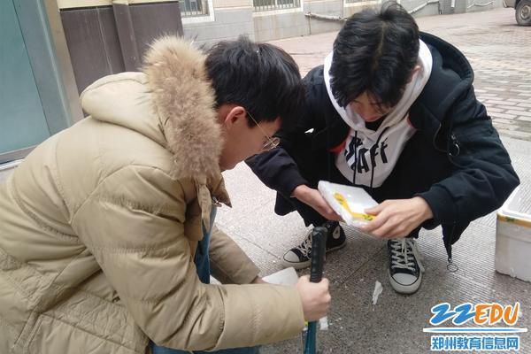 队员雷浩垚(左)和袁锦阳(右)认真制作道具