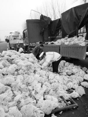周口高速一司机疲劳驾驶 货车侧翻万斤蔬菜散一地