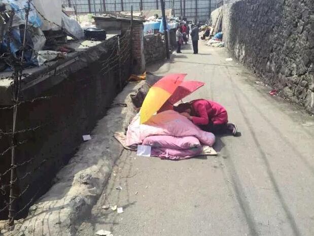 河南男子为街坊救火身亡 女儿跪地哭喊父亲