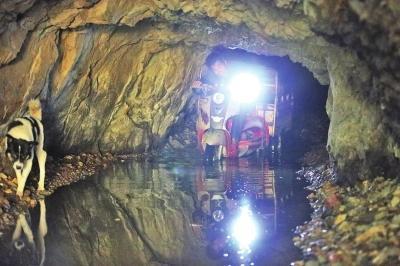 洛阳夫妻隐居深岩穴口进出 演绎现代版桃花源