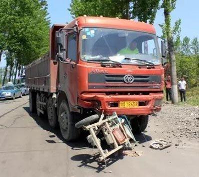 濮阳车祸车辆被肢解 两人死亡