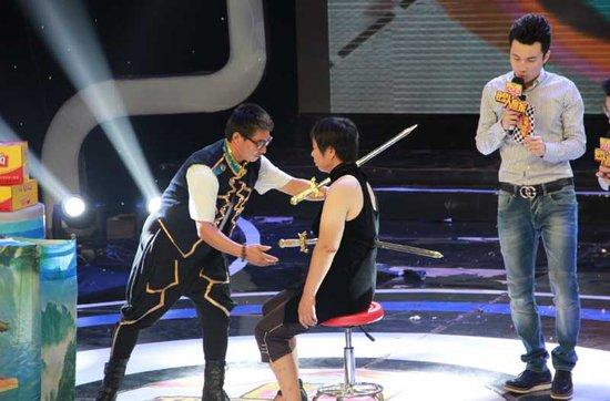 为观众带来剑穿美女的梦幻魔术表演