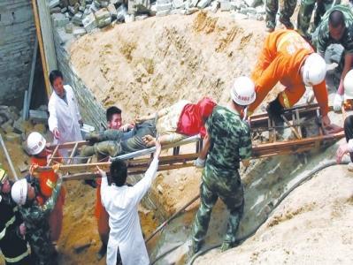 信阳在建地下室工地垮塌 消防徒手救出5人(图)