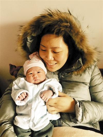 """河南""""辞职看世界""""女教师女儿满月:一家人看世界"""