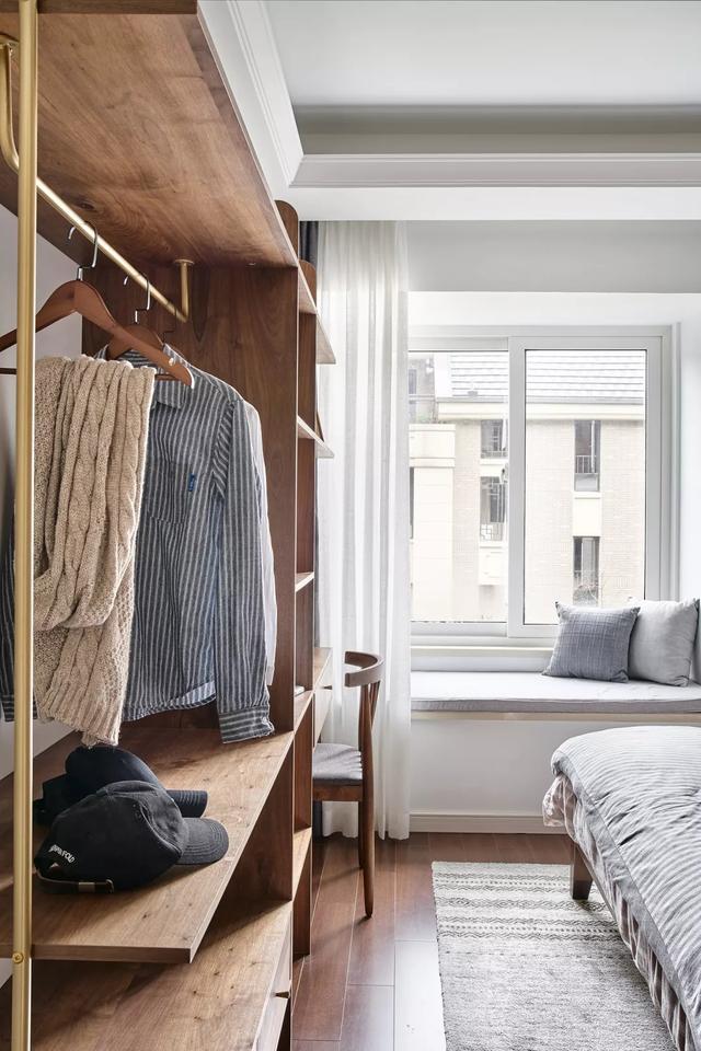 85平的原木简约风小户型三房 沙发背景墙做成了书架图片