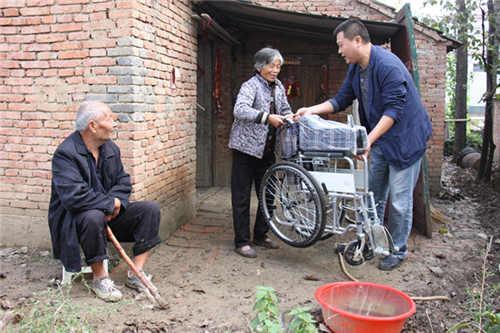 """又捐轮椅又修路 贫困村瘫痪老人""""重见天日"""""""