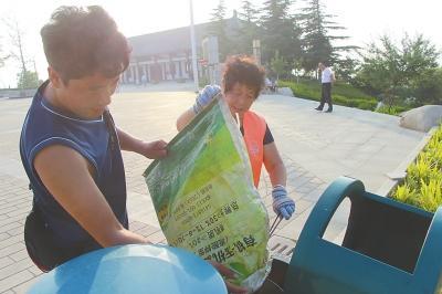三门峡一教师公园义务捡垃圾两年 帮清洁工母亲干活