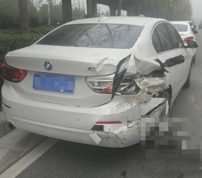 司机凌晨撞路边车 主动报警被点赞