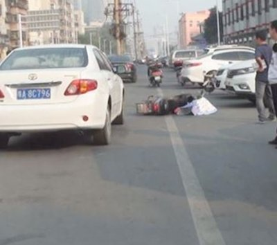 郑州一轿车突然开门 女子被撞倒