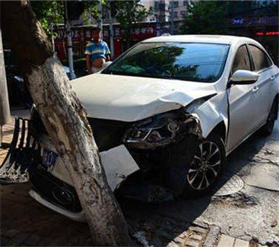 郑州:女子错踩油门当刹车 新车被毁