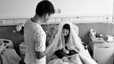 25岁姑娘患癌男友不离不弃 病房试婚纱落泪