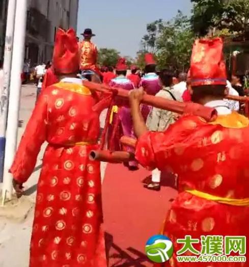 濮阳上演中国式婚礼 新郎骑着高头大马迎亲图片