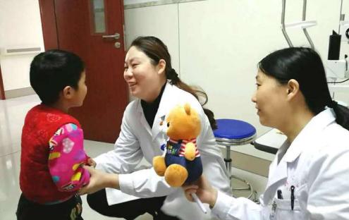 幼童患白内障视力消失 来郑获成功救助