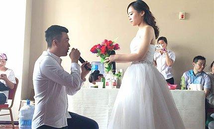 大城小爱精彩不断 女孩穿婚纱现场求婚