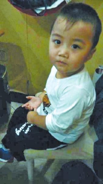 新密2岁半男孩车内失踪 警方:车门无被撬痕迹