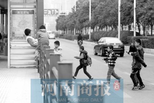 郑州快速公交站点小学生下学后翻护栏进站台