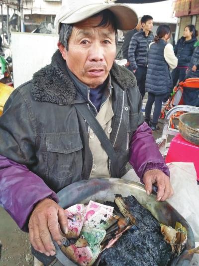 郑州菜市场夜间掉火 白叟万余元现金成灰烬