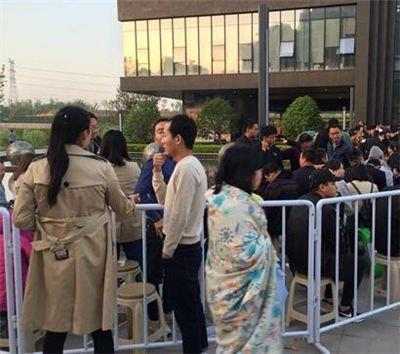 郑州上演抢房大战 购房者裹被子连夜排队