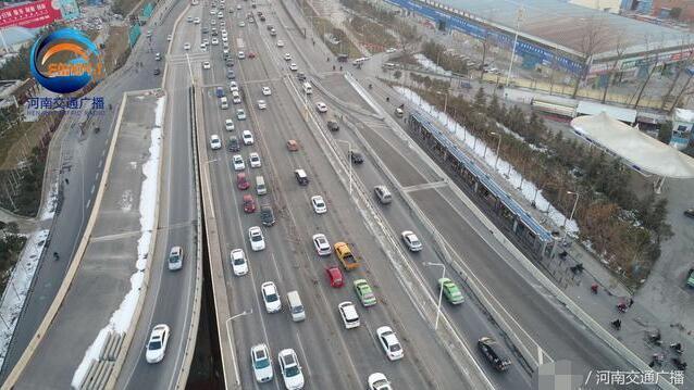郑州今晨发生三车事故 过路司机徒手扶正护栏