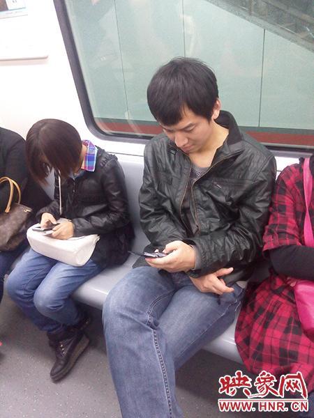 郑州地铁1号线上的垂头族