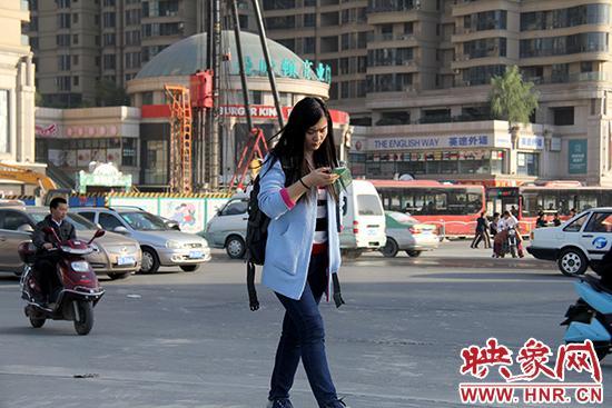 边看手机边走路