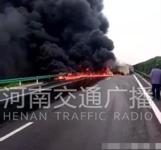 鹤壁高速一货车着火黑烟滚滚 现场火势非常大