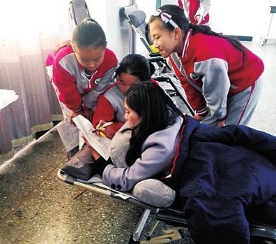 商丘一女教师受伤 把床搬学校趴着辅导学生功课