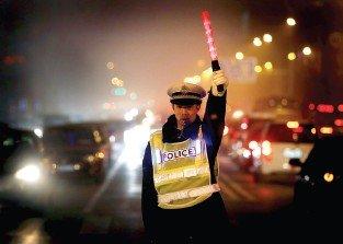 郑州交巡警昨日起配新式反光背心 前后有LED灯