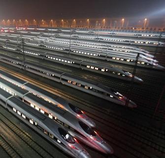 京广高铁线上蓄势待发的动车组列车