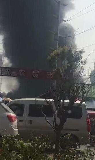 突发!郑州一仓库着火黑烟冲天 消防正在救援
